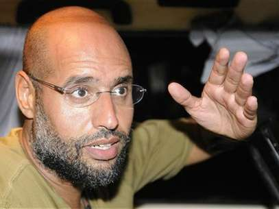 Saif Al-Islam, son of Libyan leader Muammar Gaddafi, gestures as he talks to reporters in Tripoli August 23, 2011. Foto: Paul Hackett / Reuters