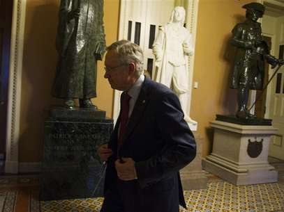 U.S. Senate Majority Leader Harry Reid (D-NV) walks to his office at the U.S. Capitol after returning from a meeting with President Barack Obama at the White House in Washington December 28, 2012. Foto: Mary Calvert / Reuters