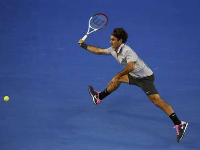 Roger Federer of Switzerland hits a return to Bernard Tomic of Australia during their men's singles match at the Australian Open tennis tournament in Melbourne January 19, 2013. Foto: David Gray / Reuters