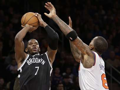 Brooklyn Nets guard Joe Johnson (7) shoots a 3-pointer over New York Knicks guard J.R. Smith (8) in the second half of their NBA basketball game at Madison Square Garden in New York, Monday, Jan. 21, 2013. The Nets won 88-85. Foto: AP in English
