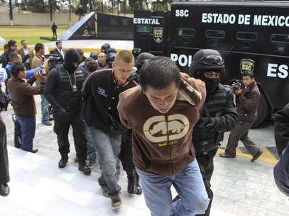 La policía estatal presentó a 11 presuntos miembros del cártel La Familia Michoacana y responsables de la muerte de las seis personas. Foto: EFE en español