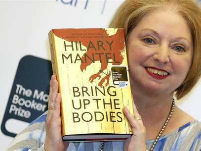 "Author Hilary Mantel poses with her book ""Bring up the Bodies"", after winning the 2012 Man Booker Prize, at the Guildhall in London October 16, 2012. Foto: Luke MacGregor / Reuters"