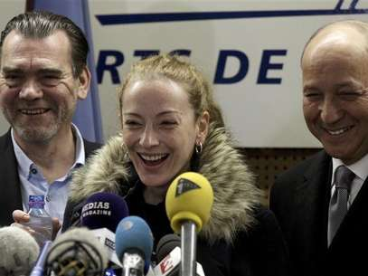 Florence Cassez reacts next to her lawyer Frank Berton (L) and French Foreign Minister Laurent Fabius (R) during a news conference after her arrival at Charles de Gaulle Airport in Roissy, near Paris January 24, 2013. Foto: Pascal Rossignol / Reuters