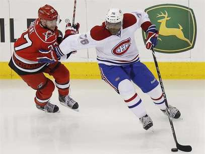 The Montreal Canadiens' P.K. Subban (R) battles the Carolina Hurricanes' Tim Brent for the puck during their NHL hockey game in Raleigh, North Carolina April 5, 2012. Foto: Ellen Ozier / Reuters