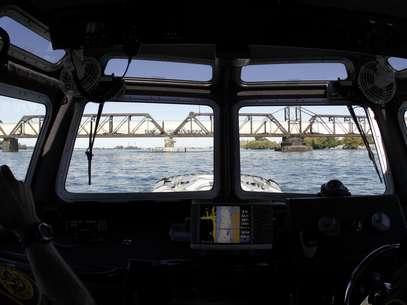 Agentes de la Agencia de Aduanas y Protección Fronteriza controlan un tren de mercancías que entra a Estados Unidos desde Canadá por el International Railroad Bridge el 6 de octubre del 2011.  Foto: David Duprey, archivo / AP
