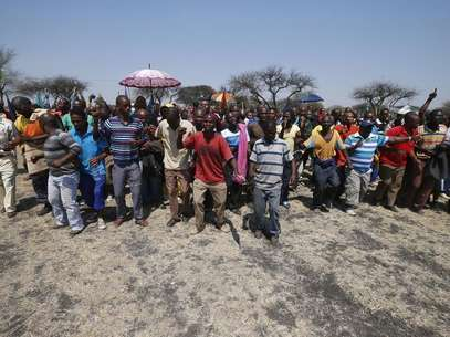 Striking platinum miners march near the Anglo-American Platinum (AMPLATS) mine near Rustenburg in South Africa's North West Province, October 5, 2012. Foto: Mike Hutchings / Reuters
