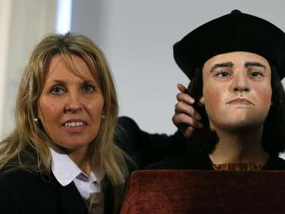 "Philippa Langley, originator of the ""Looking for Richard"" project, poses with a facial reconstruction of King Richard III at a news conference in central London February 5, 2013. Foto: Andrew Winning / Reuters"