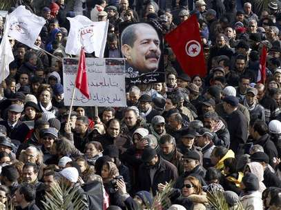 Tunisians hold a placard with an image of the late secular opposition leader Chokri Belaid during his funeral procession in the Jebel Jelloud district in Tunis February 8, 2013. Foto: Anis Mili / Reuters