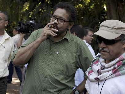 "Revolutionary Armed Forces of Colombia's (FARC) lead negotiator Ivan Marquez smokes a Cohiba cigar next to FARC negotiator Jesus Santrich (R) after a conference in Havana February 10, 2013. Colombia and the Marxist FARC rebels said on Sunday their talks aimed at ending half a century of conflict are picking up pace and making progress towards an agreement on land reform, a key point in the peace process. Speaking as they ended their latest round of negotiations in the Cuban capital, they signalled that public acrimony they had displayed in recent weeks did not represent what was happening behind closed doors. Rodrigo Granda, a senior leader of the FARC, said the discussions were moving ahead on the ""right track"" and ""at the speed of a bullet train."" Foto: Enrique De La Osa (CUBA - Tags: POLITICS CIVIL UNREST) / Reuters"