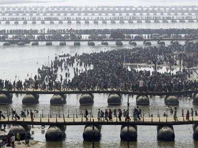 "Hindu devotees cross the river Ganges on pontoon bridges after bathing in the waters at Sangam - the confluence of the Ganges, Yamuna and mythical Saraswati rivers - after the second ""Shahi Snan"" (grand bath), during the ongoing ""Kumbh Mela"" or Pitcher Festival in the northern Indian city of Allahabad February 10, 2013. Foto: Jitendra Prakash / Reuters"