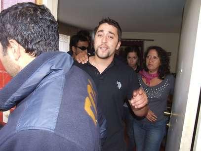 Emilio Berkhoff el día que fue detenido para reingresar a la cárcel. Atrás su madre, Elisa Jerez. Foto: Agencia Uno