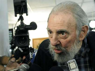 Former Cuban leader Fidel Castro speaks to reporters at a polling station in Havana February 3, 2013. Foto: AIN FOTO / Reuters