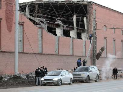 Workers repair damage caused after a meteorite passed above the Urals city of Chelyabinsk February 15, 2013.  Foto: Reuters en español