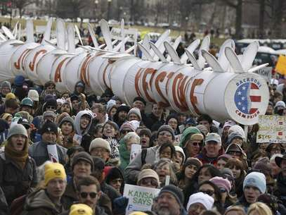 Demonstrators carry a replica of a pipeline during a march against the Keystone XL pipeline in Washington, February 17, 2013. Foto: Richard Clement / Reuters