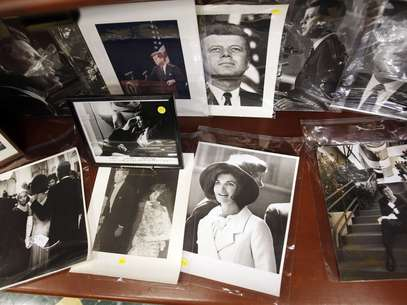 Photos of former U.S. President John F. Kennedy and his wife Jacqueline Kennedy Onassis are displayed among other items as part of the McInnis Auctioneers Presidential Auction in Amesbury, Massachusetts in this file photo from February 10, 2013. Foto: Reuters