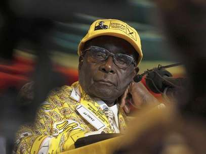 Zimbabwe's President Robert Mugabe looks on during the annual conference of his ZANU-PF party in Gweru about 285 km (177 miles) west of the capital Harare, December 7, 2012. Foto: Philimon Bulawayo / Reuters