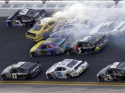 NASCAR drivers crash in an eleven car pile-up late in the NASCAR Nationwide Series DRIVE4COPD 300 race at the Daytona International Speedway in Daytona Beach, Florida February 23, 2013. Foto: Pierre Ducharme / Reuters