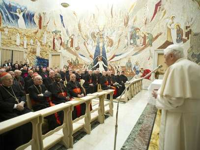 Pope Benedict XVI (R) speaks to Cardinals during the closing day of the Spiritual Exercises at the Vatican February 23, 2013. Foto: Osservatore Romano / Reuters