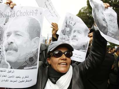 A woman chants slogans and holds pictures of assassinated leftist politician Chokri Belaid during a demonstration against the Islamist Ennahda movement in Tunis February 23, 2013. Foto: Zoubeir Souissi / Reuters