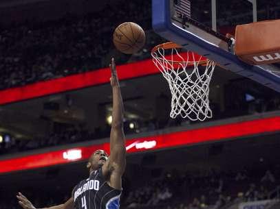 Arron Affialo (4), del Magic de Orlando, dispara contra los 76ers de Filadelfia en la primera mitad de su partido de basquetbol disputado el martes 26 de febrero de 2013, en Filadelfia. Orlando ganó 98-84.  Foto: H. Rumph Jr / AP