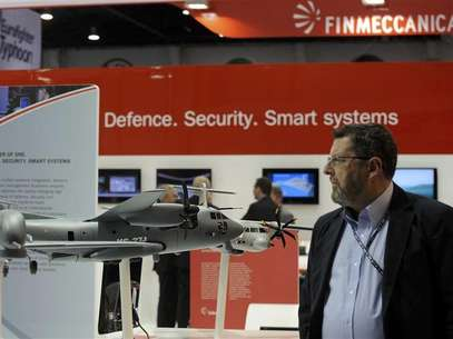 A visitor walks past a stand for Italian defence group Finmeccanica during the International Defence Exhibition and Conference (IDEX) at the Abu Dhabi National Exhibition Centre February 19, 2013. Foto: Ben Job / Reuters