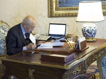 Italian President Giorgio Napolitano checks documents at the Quirinale palace in Rome, December 22, 2012. Foto: Paolo Giandotti / Reuters