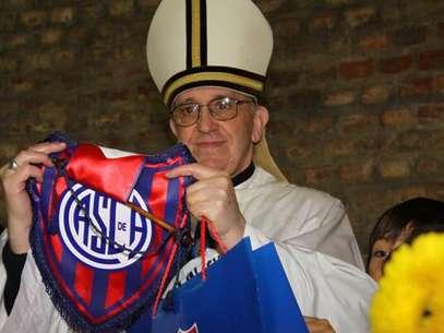 Con uno de los símbolos de su equipo. Foto: Cortesía.