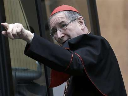 Cardinal Roger Mahony of the U.S. gestures as he arrives for a meeting at the Synod Hall at the Vatican on March 8, 2013. Foto: Max Rossi / Reuters
