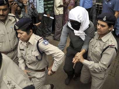Policías acompañan a una mujer suiza a un examen médico en un hospital en Gwalior, en el estado de Madya Pradesh, el sábado 16 de marzo de 2013, después de que, según la policía, la violaran ocho individuos. Foto: AP