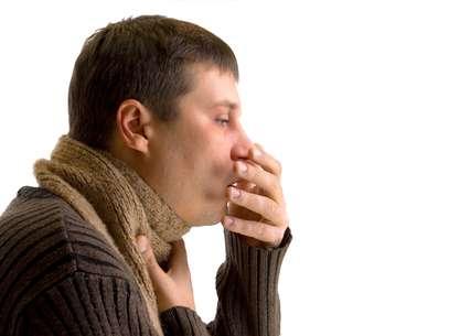 La tos persistente es uno de los síntomas de la tuberculosis Foto: Thinksotck