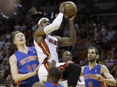 El jugador del Heat de Miami, LeBron James (6), intenta un tiro ante la defensa de Detroit. Foto: J Pat Carter / AP