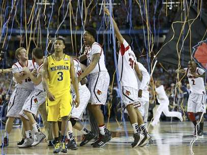 Louisville Cardinals guard Peyton Siva lifts the trophy as he celebrates with his teammates after they defeated the Michigan Wolverines in their NCAA men's Final Four championship basketball game in Atlanta, Georgia April 8, 2013. Foto: Jeff Haynes / Reuters