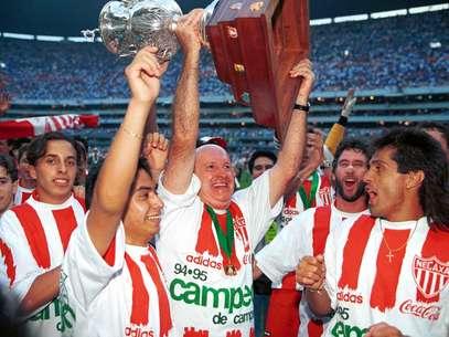 Manuel Lapuente llevó al Necaxa a conquistar el bicampeonato de liga en los dos últimos torneos regulares largos (1994-95 y 1995-96), ante Cruz Azul y Celaya, respectivamente. Foto: Mexsport