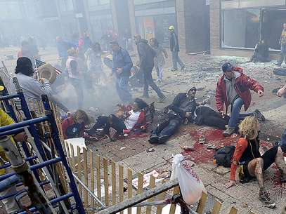 Personas heridas y escrombros en una acera cercana a la línea de meta del Maratón de Boston luego de estallar una de dos bombas, el lunes 15 de abril de 2013. Foto: Foto AP/MetroWest Daily News, Ken McGagh.