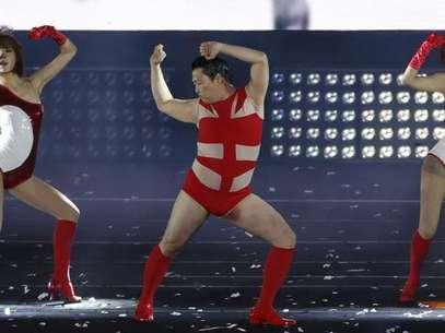 """El nuevo vídeo del rapero surcoreano Psy, """"Gentleman"""", subía como la espuma en YouTube, con más de 82 millones de visitas el martes, a la caza de su megaéxito """"Gangnam Style"""" tras destrozar el récord de visitas para una canción en su primer día. Imagen de Psy en su concierto """"Happening"""" en el estadio olímpico de Seúl el 13 de abril, en el que interpretó """"Gentleman"""" en público por primera vez. Foto: Lee Jae-Won / Reuters"""