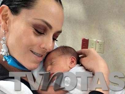 Ivonne Montero presentó a la pequeña Antonella en las páginas de la publicación. Foto: TV Notas