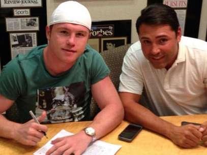 El 'Canelo' Álvarez y Óscar de la Hoya firman el precontrato en la reunión que sostuvieron hoy por la tarde. Foto: @makeawar  Golden Boy Promotions