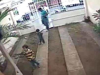 Los dos niños fueron entregados por marinos en la casa del candidato panista a regidor en Boca del Río. Foto: Especial / Reforma