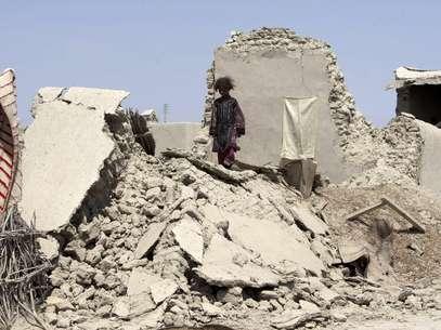 Una niña paquistaní camina sobre los escombros de una casa destruida por un terremoto en Labach, en el distrito de Awaran en la provincia de Beluchistán, Pakistán, el 26 de septiembre del 2013. Ese día se informó que milicianos separatistas dispararon dos cohetes que apenas erraron a un helicóptero del gobierno paquistaní que inspeccionaba una región devastada por un terremoto  Foto: Shakil Adil / AP