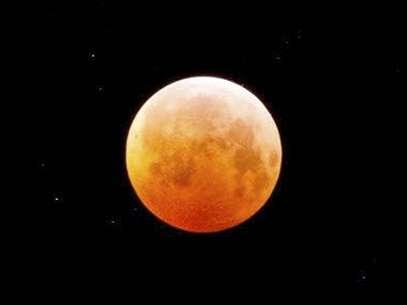 Al pasar por la penumbra de la tierra, la luna irá adquiriendo un color rojo Foto: Getty Images