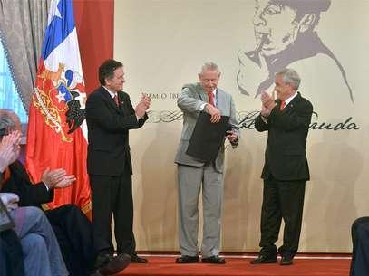 El Presidente de la República, Sebastián Piñera, acompañado del ministro Presidente del Consejo Nacional de la Cultura y las Artes, Roberto Ampuero, hizo entrega del Premio Iberoamericano Pablo Neruda al cubano José Kozer. Foto: Foto Presidencia