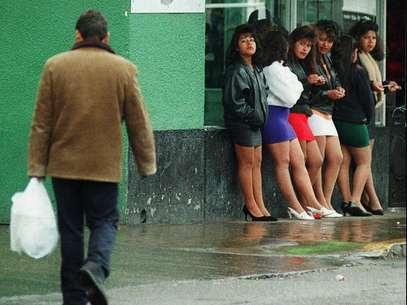 Quien conozca barrios populares latinoamericanos, que son a la vez enormes mercados, conoce La Merced, en el DF. Una de sus particularidades son las  mujeres que se prostituyen en sus calles. Foto: AP