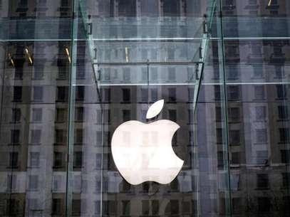 El logo de Apple se ve dentro de la entrada de cristal a una tienda Apple Store en la Quinta Avenidade la ciudad de Nueva York. 4 de abril, 2013. Apple Inc adquirió la compañía israelí PrimeSense Ltd, desarrolladora de chips que permiten visión artificial en tres dimensiones, informaron el lunes ambas empresas. Foto: Mike Segar (ESTADOS UNIDOS - NEGOCIOS CIENCIA TECNOLOGIA) / Reuters