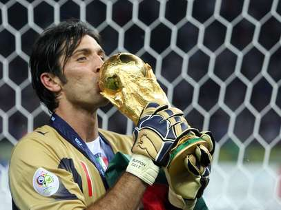 Gianligui Buffon, world champion with Italy in the 2006 Germany World Cup, took the prize for best goalkeeper in the tournament after defeating France in penalty kicks. Foto: Getty Images