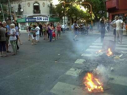 Los vecinos cortaron la calle para reclamar por la falta de luz. Foto: Twitter (@ArielAguirre)