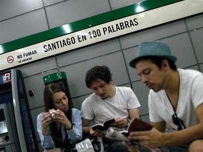 El concurso Santiago en 100 palabras atrae al público en el Metro, en Chile.