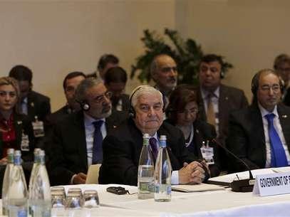 El canciller sirio Walid al-Moualem (al centro) junto a su delegación en la apertura de la conferencia Ginebra 2 en Montreux, ene 22, 2014. El Gobierno de Siria y sus opositores se encontraron cara a cara por primera vez el miércoles en una conferencia de paz de un día en Suiza, que potencias mundiales esperan que al menos pueda iniciar un proceso para poner fin a tres años de guerra civil. Foto:  Jamal Saidi / Reuters
