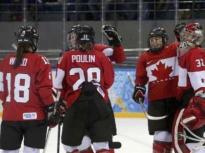Canada's Catherine Ward, Marie-Philip Poulin, Jocelyne Larocque and goalie Charline Labonte celebrate after defeating Team USA in their women's preliminary round hockey game at the Sochi 2014 Winter Olympic Games February 12, 2014 Foto: Mark Blinch / Reuters