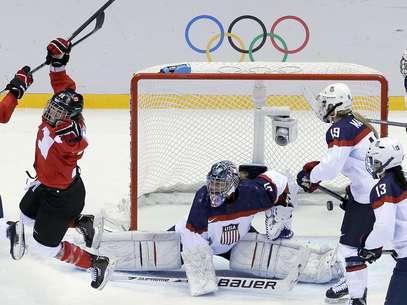 La canadiense Marie-Philip Poulin (29) reacciona tras anotar ante Estados Unidos en la final del hockey de los Juegos Olímpicos de Invierno, el jueves 20 de febrero de 2014, en Sochi, Rusia.  Foto: David J. Phillip / AP