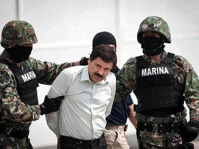 """Tras anunciarse su captura, Joaquín """"El Chapo"""" Guzmán pudo ser fotografiado durante su traslado al helicóptero que lo llevó al penal de Altiplano. Foto: Reforma"""